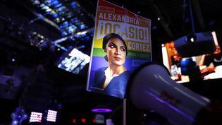 Une pancarte célèbre la victoire de la démocrate Alexandria Ocasio-Cortez, dans le Queens (New York), le 6 novembre 2018. (RICK LOOMIS / GETTY IMAGES / AFP)