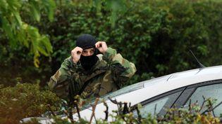 Un policier français près de la maison où le leader de l'ETA Mikel Irastorza a été arrêté à Ascain (Pyrénées Atlantiques), le 5 novembre 2016. (GAIZKA IROZ / AFP)