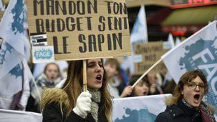 Les étudiants et les professeurs prennent part à une manifestation organisée par l'Unef et l'UNL, le 16 octobre 2015, à Paris. (DOMINIQUE FAGET / AFP)