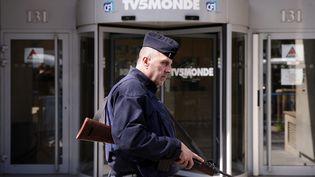 Un policier devant le siège de TV5 Monde à Paris, le 9 avril 2015, après l'attaque informatique dont a été victime la chaîne francophone. (MAXPPP)
