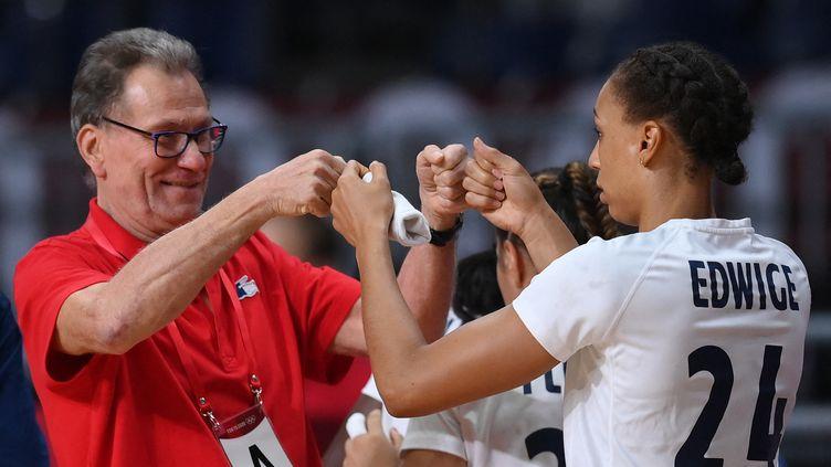 Olivier Krumbholz etBeatrice Edwige, après la victoire des Françaises face au Pays-Bas en quarts de finale. (FRANCK FIFE / AFP)
