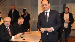 François Hollande, le 22 mars 2015, dans son bureau de vote de Tulle (Corrèze). (  MAXPPP)