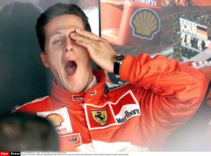 Michael Schumacher bâille lors des essais du Grand Prix de Catalogne, à Barcelone (Espagne), en 2000. (OLIVE/EFE AGENCIA/SIPA)