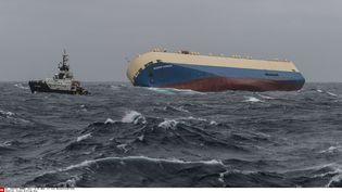 "Le cargo ""Modern Express"" remorqué lundi 1er février au large des Landes. (LOIC BERNARDIN / AP / SIPA)"