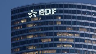 La tour EDF à La Défense (Hauts-de-Seine), le 4 mai 2015. (MANUEL COHEN / AFP )