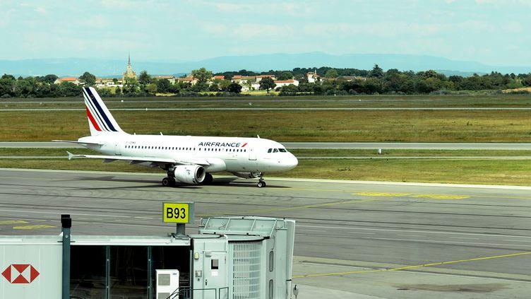 Un avion sur une piste de l'aéroport Lyon-Saint-Exupéry, le 28 juillet 2016. (MAXPPP)