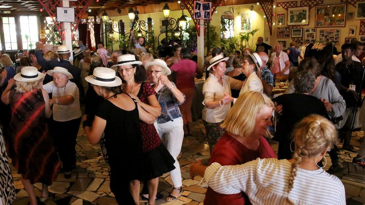 Chez Gegène, la guinguette de Jointville-le-Pont, où depuis 13 ans, le Secours populaire organise le banquet des cheveux blancs. (AURELIE LADET / MAXPPP)