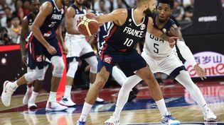 Evan Fournier (centre) lors du quart de finale des Mondiaux de basket opposant la France et les Etats-UNis, le 11 septembre 2019, à Dongguan (Chine). (YE AUNG THU / AFP)