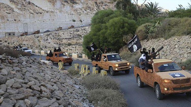 Les djihadistes de Daech paradent dans la ville de Derna. (Reuters )