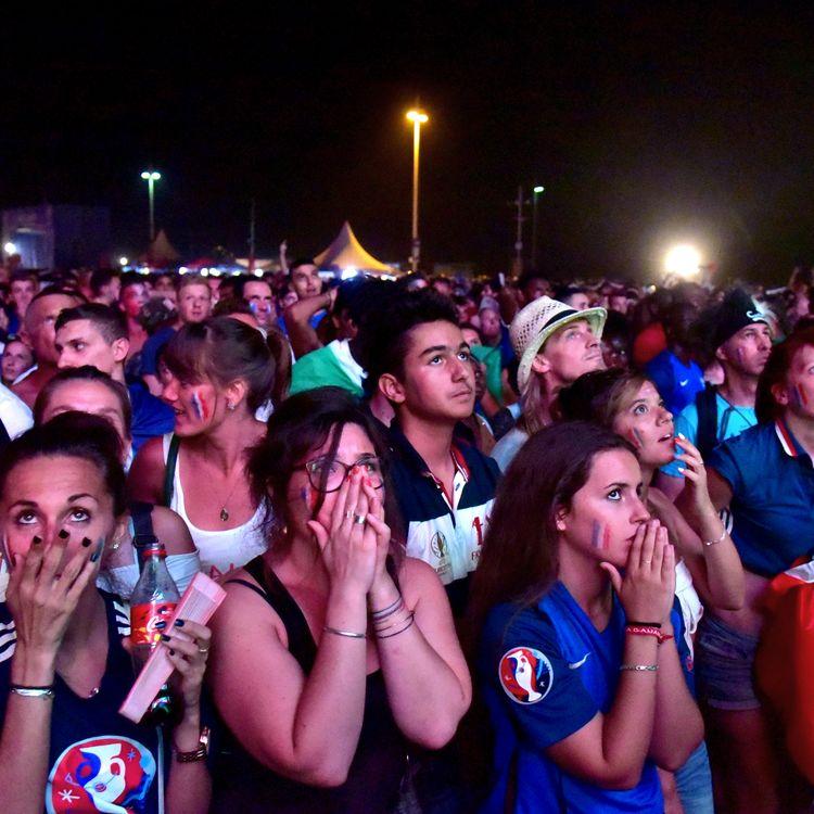 Le désarroi des supporters français après la défaite des Bleus, en finale de l'Euro 2016, face au Portugal, le 10 juillet 2016. (GEORGES ROBERT / CROWDSPARK)