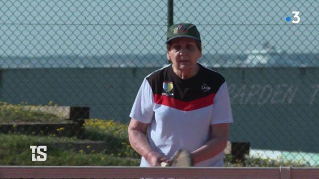 Elle s'appelle Monique, elle a 91 ans, et elle est numéro 1 mondiale dans sa catégorie d'âge ! Cette arrière-grand-mère suit même un entrainement régulier pour les Championnats du monde à Majorque… tout en douceur !