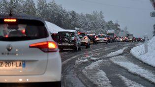 Des voitures bloquées par des chutes de neigeprès de Saint-Etienne (Loire), le 29 octobre 2018. (MAXPPP)