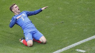 Antoine Griezmann célèbre l'un de ses buts face à l'Irlande, le 26 juin 2016 à Lyon. (MAX ROSSI / REUTERS)