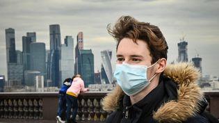 Un homme porte un masque chirurgical à Moscou (Russie), le 26 octobre 2020. (ALEXANDER NEMENOV / AFP)