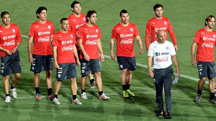 Le sélectionneur argentin du Chili Jorge Sampaoli au milieu de ses troupes