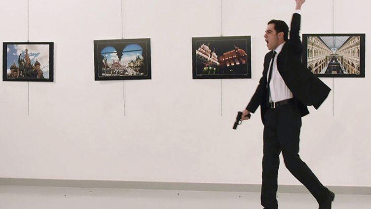 Mevlüt Mert Altintas, 22 ans, après avoir abattuAndreï Karlov, ambassadeur russe en Turquie, le 19 décembre 2016, à Ankara (Turquie). (YAVUZ ALATAN / SOZCU DAILY / AFP)