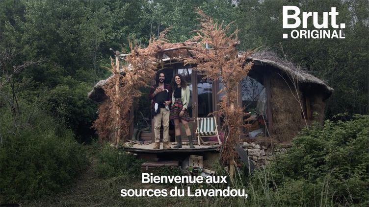 """Jonathan et Caroline vivent dans une cabane en pleine nature. À travers le mouvement """"Désobéissance fertile"""", ils prônent ce mode de vie simple et respectueux de l'environnement. (BRUT)"""