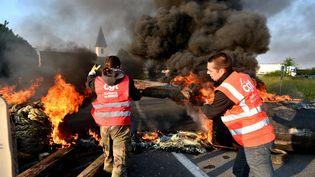 Des routiers et des salariés de la raffinerie Total de Donges (Loire-Atlantique) bloquent une route pour protester contre la loi Travail, le 17 mai 2016. (MAXPPP)