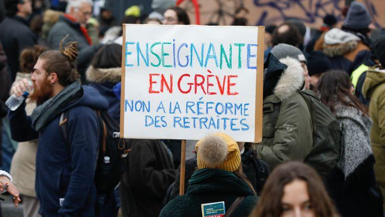 Des enseignants défilent contre la réforme des retraites, le 5 décembre 2019 à Paris. (LAURE BOYER / HANS LUCAS / AFP)