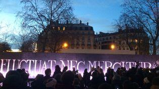 Les commémorations des attentats se poursuivent dans la soirée, dimanche 10 janvier 2016, place de la République à Paris. (VINCENT DANIEL / FRANCETV INFO)