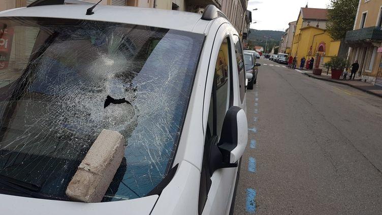 Une brique tombée sur le pare-brise d'une voiture au Teil (Ardèche), le 11 novembre 2019, après le séisme. (MAXPPP)