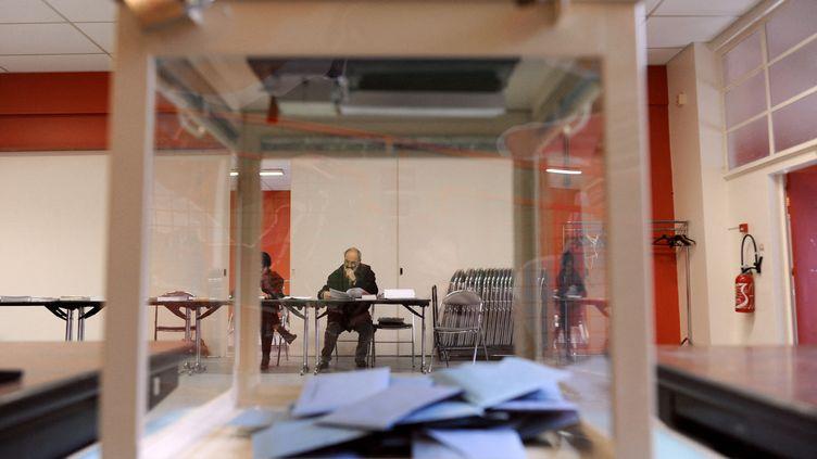Dans un bureau de vote à Melle (Deux-Sèvres), le 14 mars 2010. (ALAIN JOCARD / AFP)