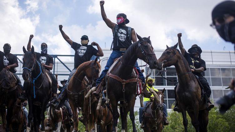 Plusieurs cavaliers duNonstop Rider club ont protesté contre le racisme et les violences policières, mardi2 juin 2020, à Houston, au Texas. (MARK FELIX / AFP)
