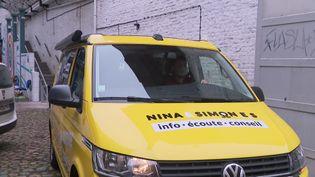 """Le min-bus associatif itinérant """"Nina Simone"""" va à la rencontre des femmes dans la région des Hauts-de-France. (Franceinfo)"""
