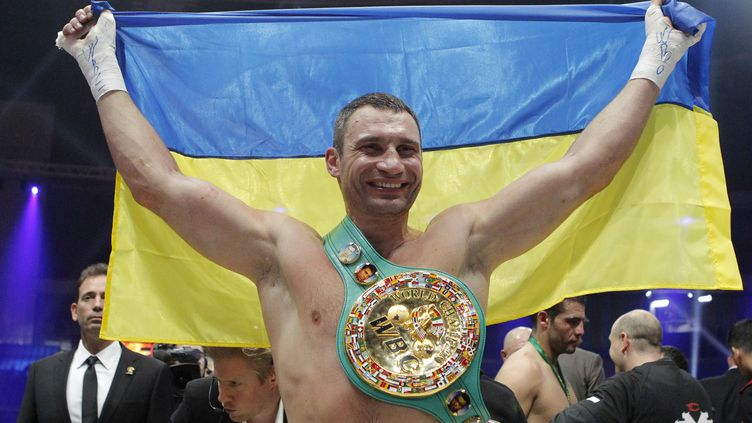 Vitali Klitschko après sa victoire contre l'Allemand Manuel Charr, le 9 septembre 2012 à Moscou. (MAXIM SHEMETOV / REUTERS)