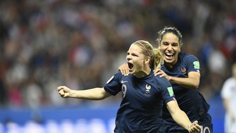 La Française Eugénie Le Sommer célèbre son but sur penalty lors d'un match de la Coupe du monde féminine de foot contre la Norvège, le 12 juin 2019, à l'Allianz Riviera, à Nice (Alpes-Maritimes). (CHRISTOPHE SIMON / AFP)