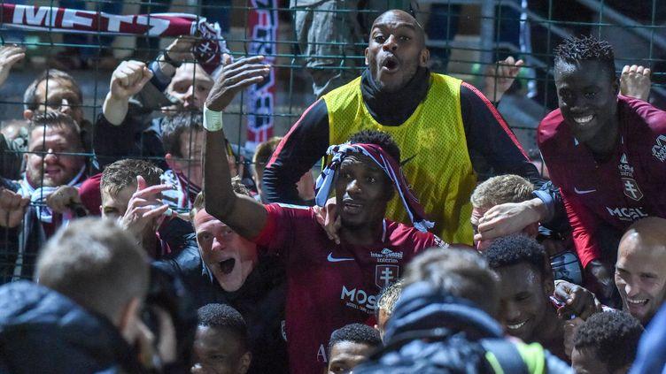 Les Messins célèbrent leur remontée en Ligue 1, vendredi 26 avril, après leur victoire à Beauvais (Oise) contre le Red Star. (STEPHANE VALADE / STEPHANE VALADE)