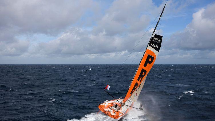 Vincent Riou, à l'entraînement sur son bateau (PRB), au large de Lorient, le 24 septembre 2012. (JEAN-MARIE LIOT / DPPI)