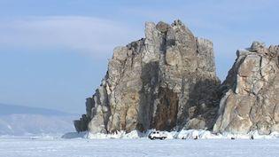 France 2 vous emmène en Russie, sur les eaux gelées du lac Baïkal. Aujourd'hui, rencontre avec un couple qui a choisi de s'installer avec ses enfants sur les bords du lac. (France 2)