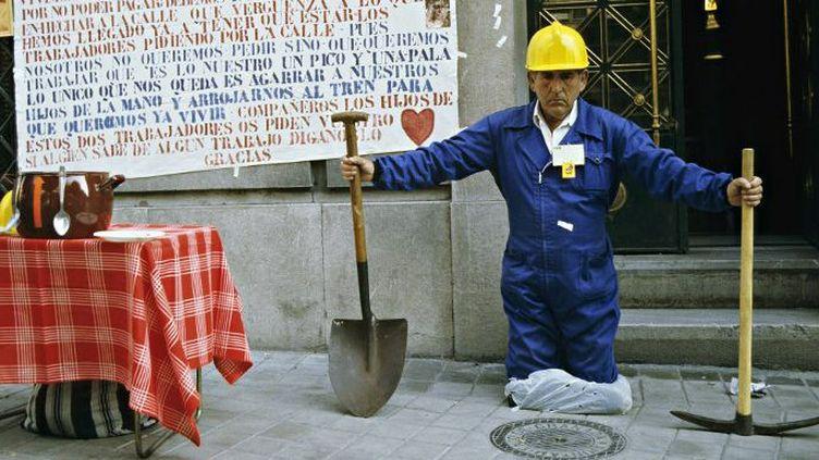 Un travailleur sans emploi dans les rues de Grenade (Espagne) (afp/ Photononstop/ Daniel Thierry)