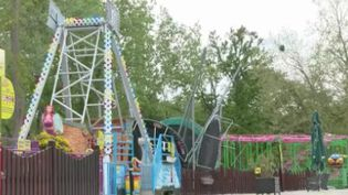 Si les parcs d'attractions pourront rouvrir leurs portes le 19 mai, les manèges devront, eux, patienter jusqu'au 9 juin. Ce décalage suscite la colère des forains. (FRANCE 2)
