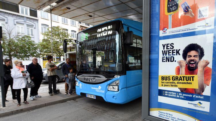 Une affiche fait la promotion de la gratuité des transports en commun les week-ends, à Dunkerque (Nord), le 23 juillet 2017. (FRANCOIS LO PRESTI / AFP)
