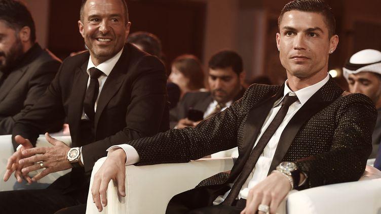 Cristiano Ronaldo au côté de son agent Jorge Mendes lors de la 10e édition de la Globe Soccer Awards début 2019.  (FABIO FERRARI / LA PRESSE)