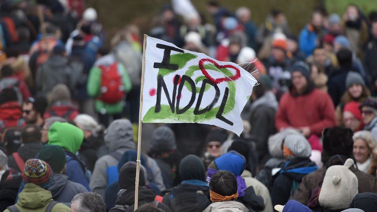 Des opposants à l'aéroport de Notre-Dame-des-Landes (Loire-Atlantique) manifestent, le 10 février 2018, pour fêter l'abandon du projet. (JEAN-SEBASTIEN EVRARD / AFP)