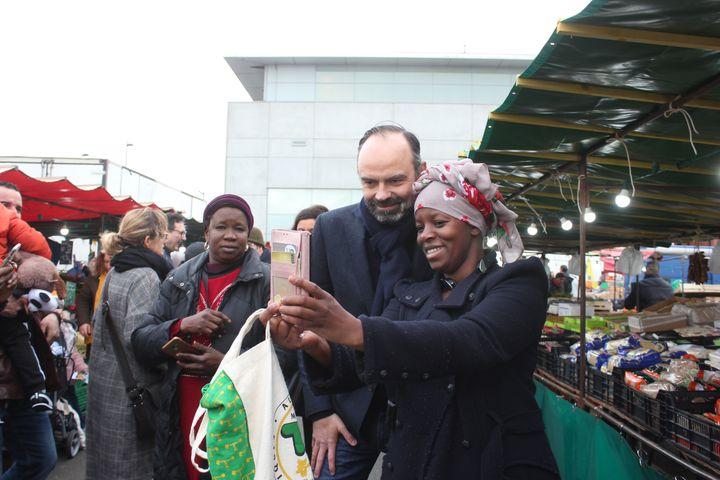 Edouard Philippe à la rencontre des habitants, le 15 février 2020, sur un marché du Havre. (CLEMENT PARROT / FRANCEINFO)