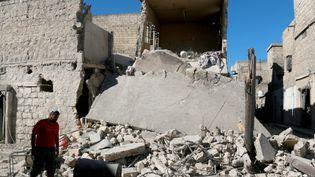 Un habitant de la ville d'Alep regarde les dégâts causés par les bombardements russes et syriens, le 24 septembre 2016. (JAWAD AL RIFAI / ANADOLU AGENCY)