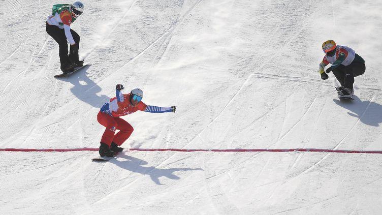 Le Français Pierre Vaultier arrive en tête de l'épreuve de snowboardcross à Pyeongchang (Corée du Sud), le 15 février 2018. (LOIC VENANCE / AFP)