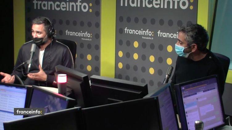 """Eric Toledano et Olivier Nakache, les réalisateurs de la série """"En thérapie"""", interviewés sur franceinfo (CAPTURE D'ECRAN DAILYMOTION)"""