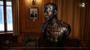 Une statue représentant Staline dans sadatcha de Kountsevo. (Images France 2)