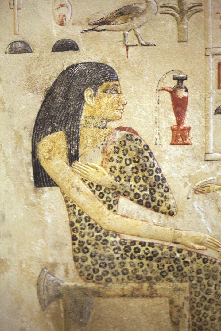 La princesse Néfertiabet, sans doute fille de Khéops, vêtue d'une robe en léopard. Musée du Louvre, Paris. (Wikimedia)