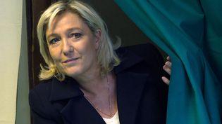 Marine Le Pen vote lors des élections départementales, le 29 mars 2015, à Hénin-Beaumont (Pas-de-Calais). (DENIS CHARLET / AFP)