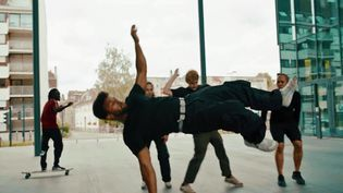Le collectif Porte-Avion danse et crée des vidéos dans des lieux emblélatiques de Besançon (Collectif Porte Avion)