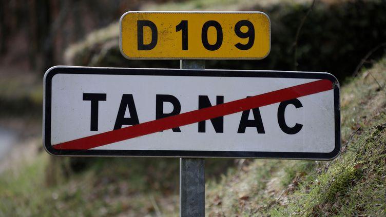 Panneau de signalisation de la ville de Tarnac, en Corrèze. (PASCAL LACHENAUD / AFP)