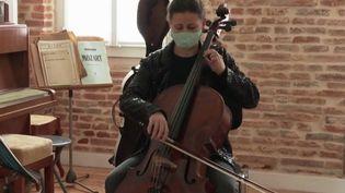 Culture : la violoncelliste Marion Tiberge propose des concerts à domicile pour pallier la fermeture des salles de concert (FRANCE 2)