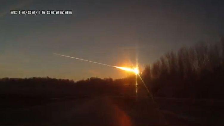 Capture d'écran d'une vidéo YouTube montrant une météorite s'abattant sur la Russie, dans la région de l'Oural, le 15 février 2013. (YOUTUBE / FRANCETV INFO)