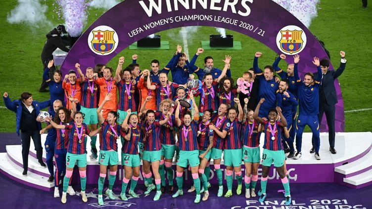 Les Barcelonaises soulèvent leur première Ligue des champions après leur victoire en finale contre Chelsea, le 16 mai 2021. (JONATHAN NACKSTRAND / AFP)